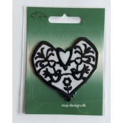 Sort/hvidt hjerte broderet strygemærke 6x6,5 cm