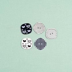 Knap 2-hul firkantet Sort/hvid 25x25 mm