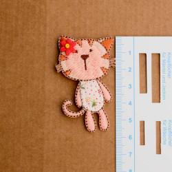 Lyserød kat m/blomst broderet strygemærke