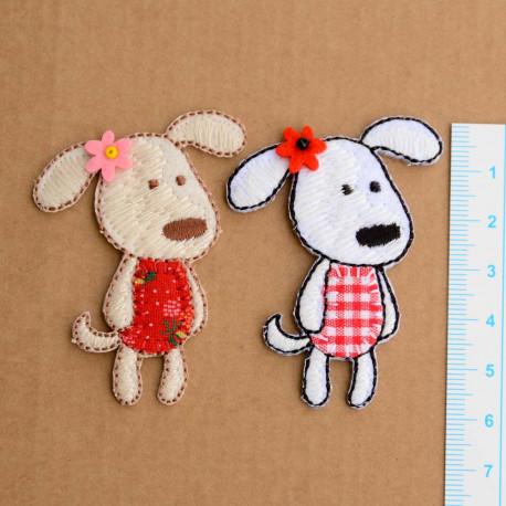Hund med Blomst 6x4,5 cm Broderet Strygemærke
