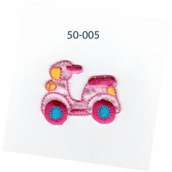 Lyserød scooter strygemærke 4,5 x 3,5 cm