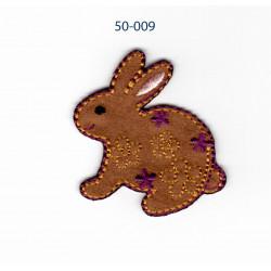 Kanin m/lilla blomst strygemærke 4x4 cm