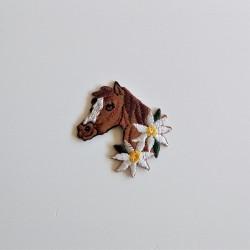 Hest m/blomster broderet strygemærke 4,5x4 cm