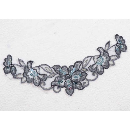 Gråblå blomst til påsyning m/sten/pallietter, 24x6 cm