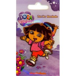 Dora i løb 6,5x5 cm Strygemærke
