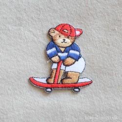 Lille Bjørn på Skateboard strygemærke